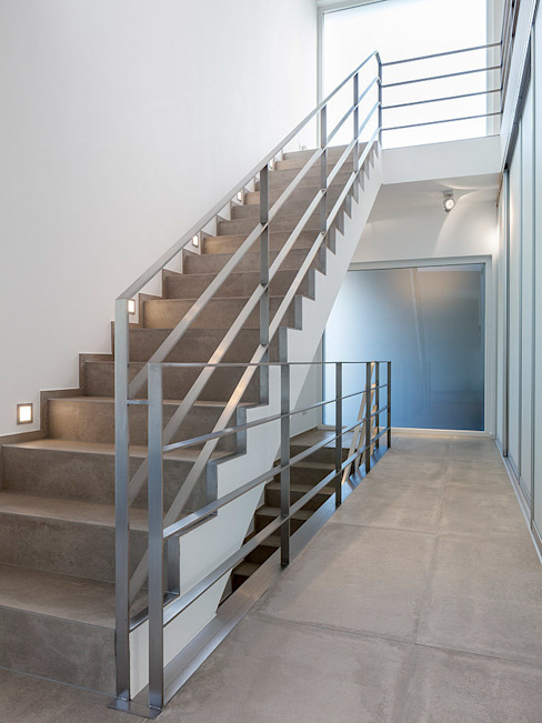 """Treppenaufgang """"zum Licht"""" Skandella Architektur Innenarchitektur Minimalistischer Flur, Diele & Treppenhaus"""