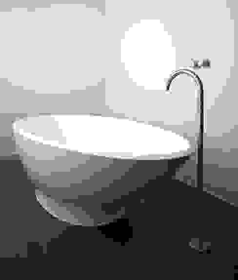Vicarage Gardens Sonnemann Toon Architects BathroomBathtubs & showers