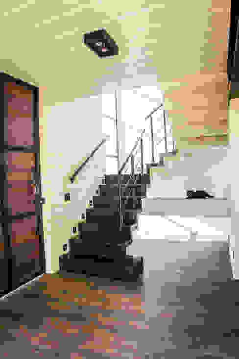 Hall de entrada Corredores, halls e escadas rústicos por HAUS Rústico