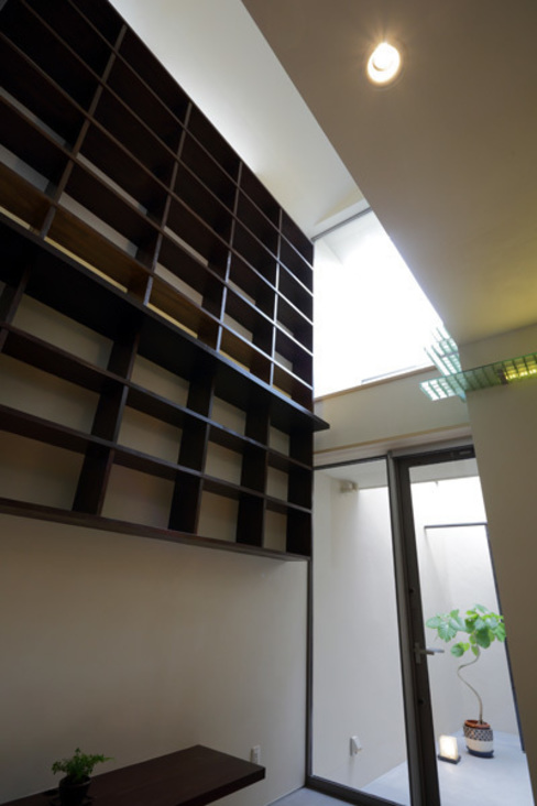 Salon moderne par アーキシップス古前建築設計事務所 Moderne