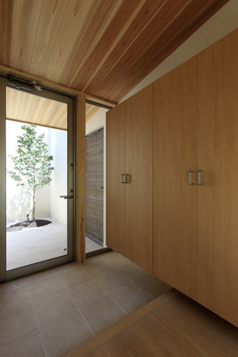 Modern corridor, hallway & stairs by アーキシップス古前建築設計事務所 Modern