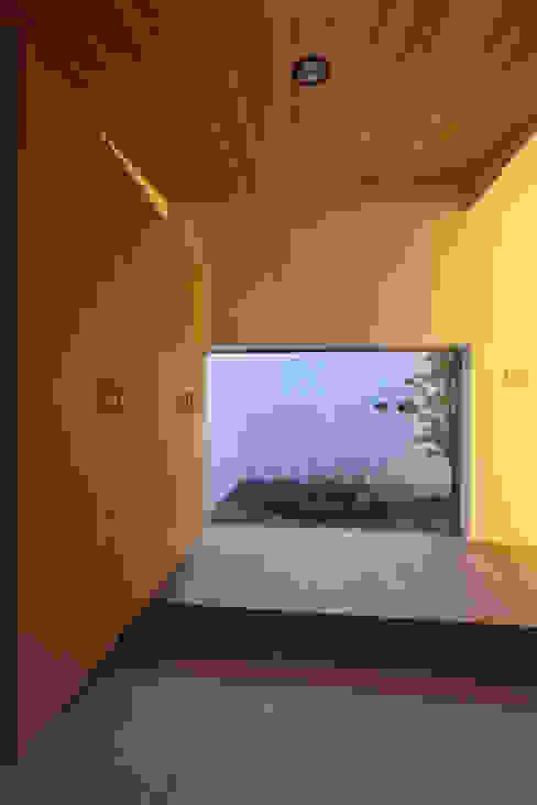 Pareti & Pavimenti in stile moderno di アーキシップス古前建築設計事務所 Moderno