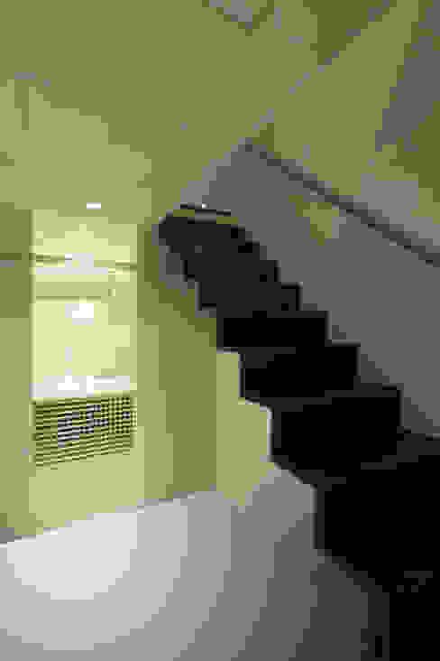 Pasillos, vestíbulos y escaleras modernos de アーキシップス古前建築設計事務所 Moderno