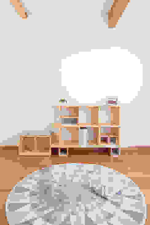 OBUSUMA tona BY RIKA KAWATO / tonaデザイン事務所 リビングルーム棚