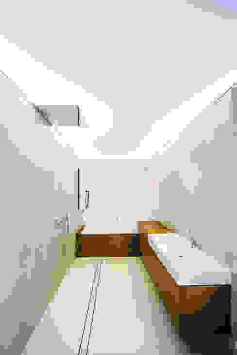 house of architects_7_arc2 ArC2 Fabryka Projektowa sp.z o.o. Minimalistische badkamers