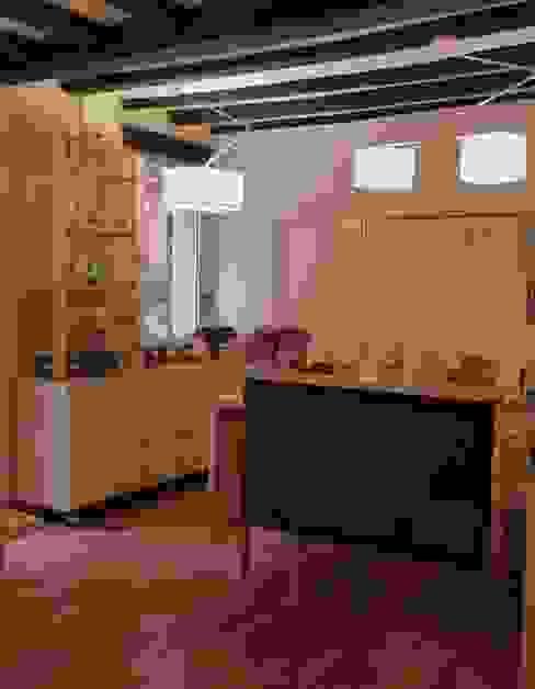 Mueble especiero y mostrador con pizarra Oficinas y comercios de estilo minimalista de mobla manufactured architecture scp Minimalista