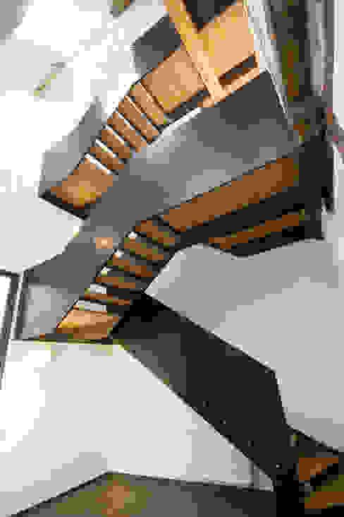 Moderne gangen, hallen & trappenhuizen van w3-architekten Gerhard Lallinger Modern