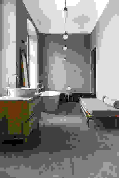 Dom pod Berlinem Industrialna łazienka od Loft Kolasiński Industrialny Drewno O efekcie drewna