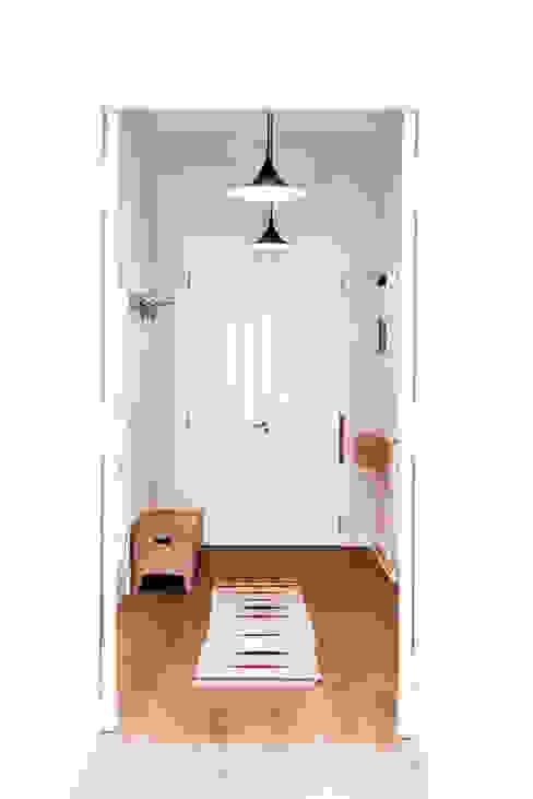 Scandinavian style corridor, hallway& stairs by Loft Kolasiński Scandinavian Wood Wood effect