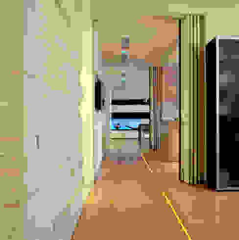 Холл - галерея Коридор, прихожая и лестница в модерн стиле от homify Модерн