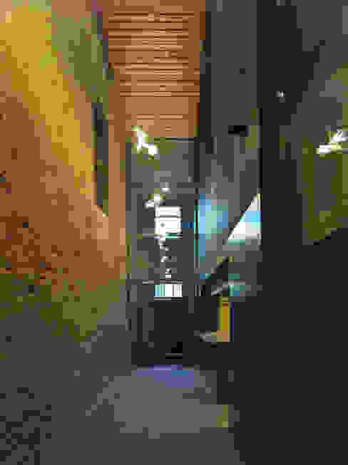 Ingang (Foto: Petra Appelhof) Moderne bars & clubs van Ector Hoogstad Architecten Modern