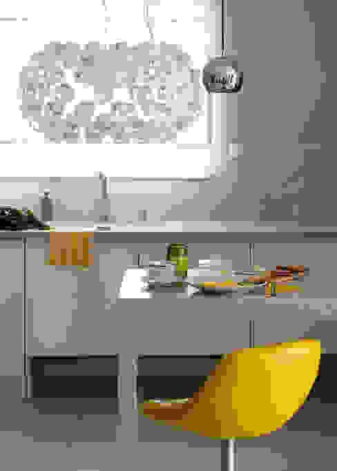 Kolorowy minimalizm: styl , w kategorii Kuchnia zaprojektowany przez Pracownia Projektowa Poco Design,Minimalistyczny