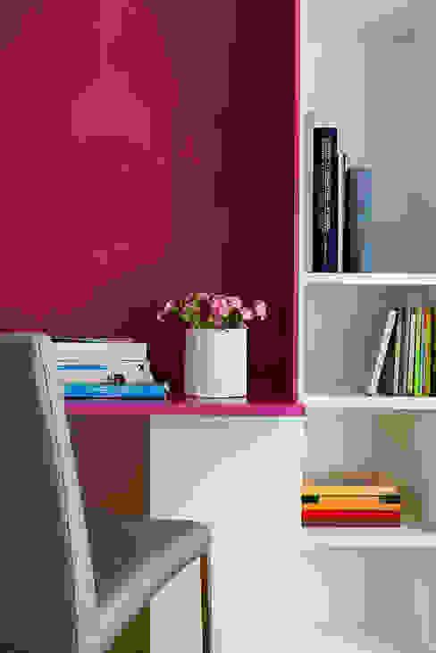 Kolorowy minimalizm Minimalistyczne domowe biuro i gabinet od Pracownia Projektowa Poco Design Minimalistyczny