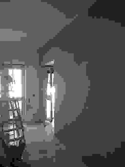 1a mano di colore parete soggiorno di Roberta Rose Minimalista