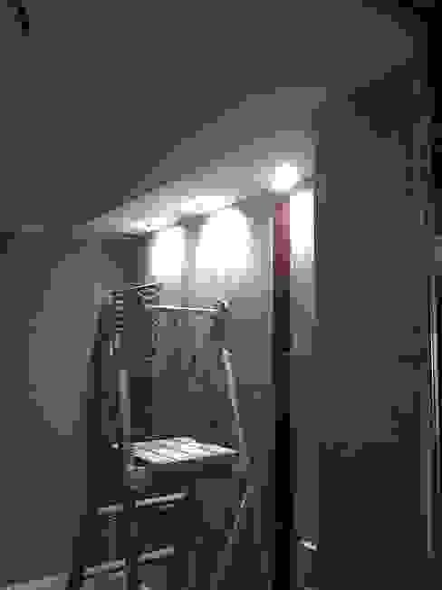 Bagno in camera : illuminazione faretti a led di Roberta Rose Minimalista