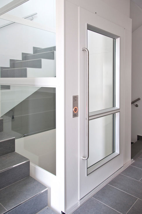 Treppenhaus mit einem Plattformsenkrechtlift Moderner Flur, Diele & Treppenhaus von Sökeland-Leimbrink Architektur • Design GmbH Modern
