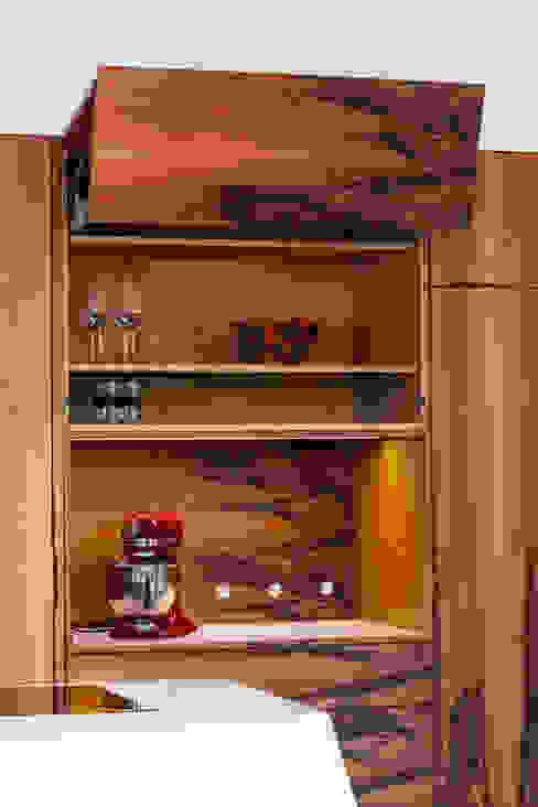 Ouverture à assistance électrique : les portes relevables s'ouvrent avec un léger effleurement et se referment par simple pression sur un bouton radio Cuisine moderne par Charlotte Raynaud Studio Moderne