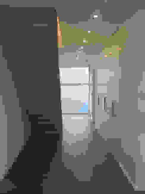 Neubau eines Einfamilienhauses mit Garage 50999 Köln STRICK Architekten + Ingenieure Flur, Diele & TreppenhausTreppen
