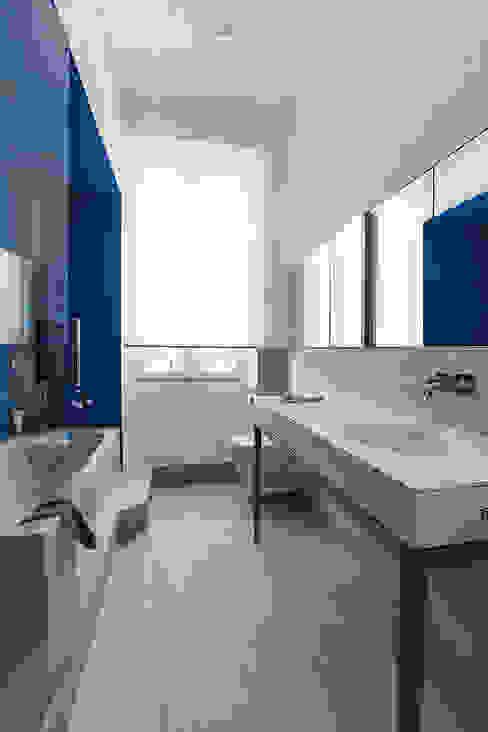 Un jeu de reflets étonnants s'effectue avec la niche et agrandit les perspectives Salle de bain scandinave par Charlotte Raynaud Studio Scandinave