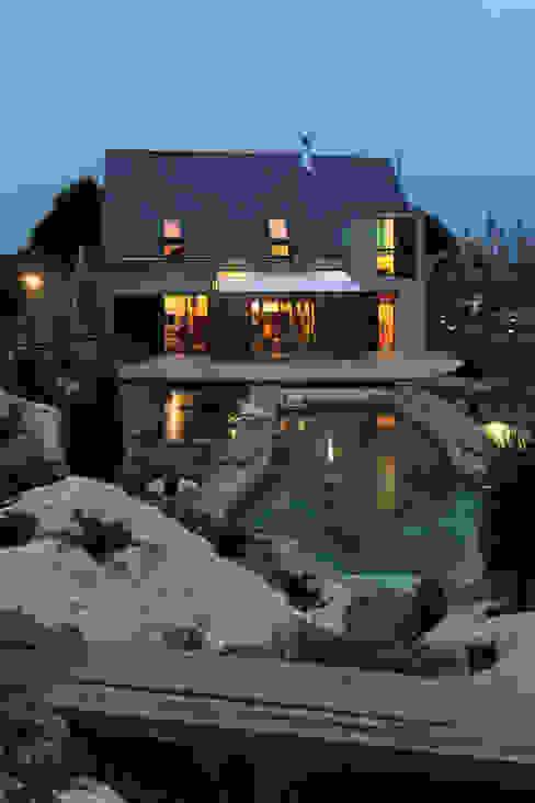 façade nuit Maisons modernes par Patrice Bideau a.typique Moderne