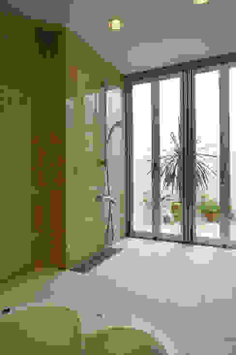 浴室よりバスコートを見る モダンスタイルの お風呂 の IMU モダン