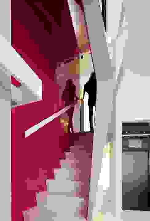 Escalier. Couloir, entrée, escaliers modernes par o2-architectes Moderne