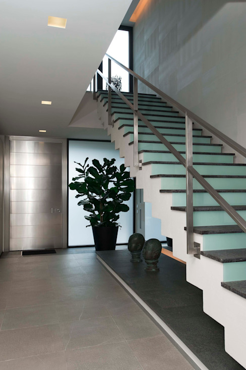 Minimalist corridor, hallway & stairs by Zimenko Yuriy Minimalist