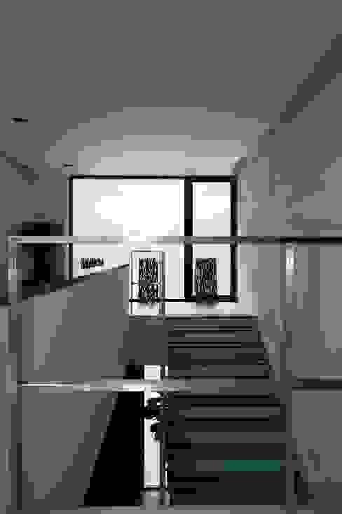 Couloir, entrée, escaliers minimalistes par Zimenko Yuriy Minimaliste