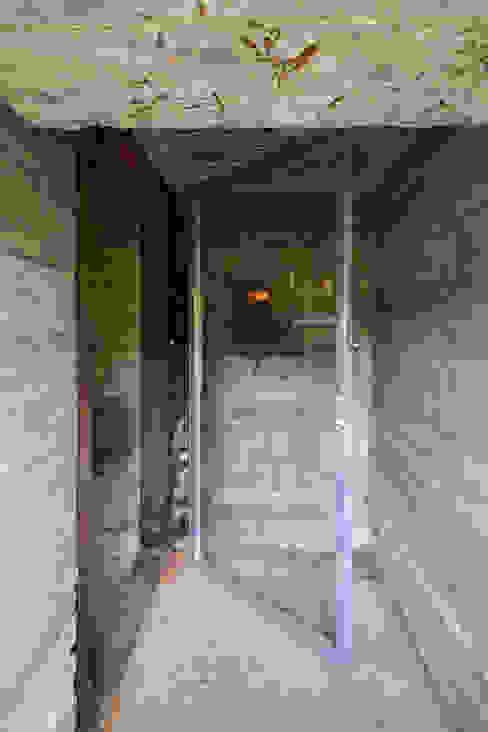 Pasillos y vestíbulos de estilo  de B-ILD Architects, Industrial