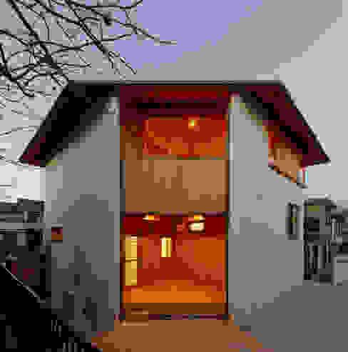 Casas de estilo rural de 磯村建築設計事務所 Rural
