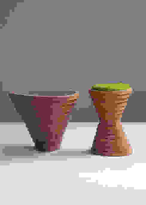 Tettonica - bijzettafel en kruk:  Woonkamer door Studio Janina Loeve,
