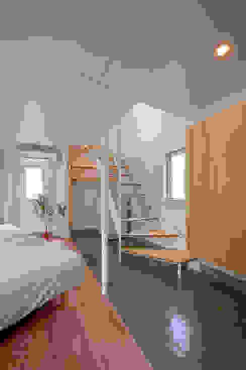 River side house / House in Horinouchi Corredores, halls e escadas modernos por 水石浩太建築設計室/ MIZUISHI Architect Atelier Moderno