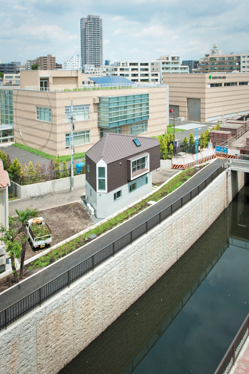 ​River side house / House in Horinouchi من 水石浩太建築設計室/ MIZUISHI Architect Atelier حداثي