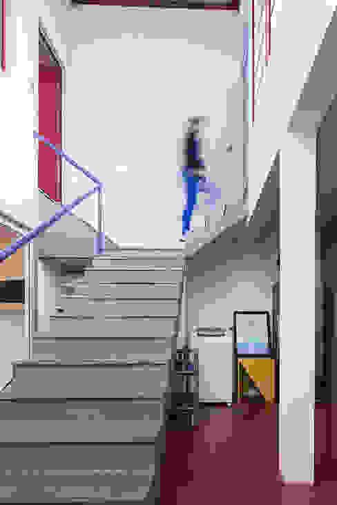 Escada e circulação: Corredores e halls de entrada  por Blacher Arquitetura,Eclético