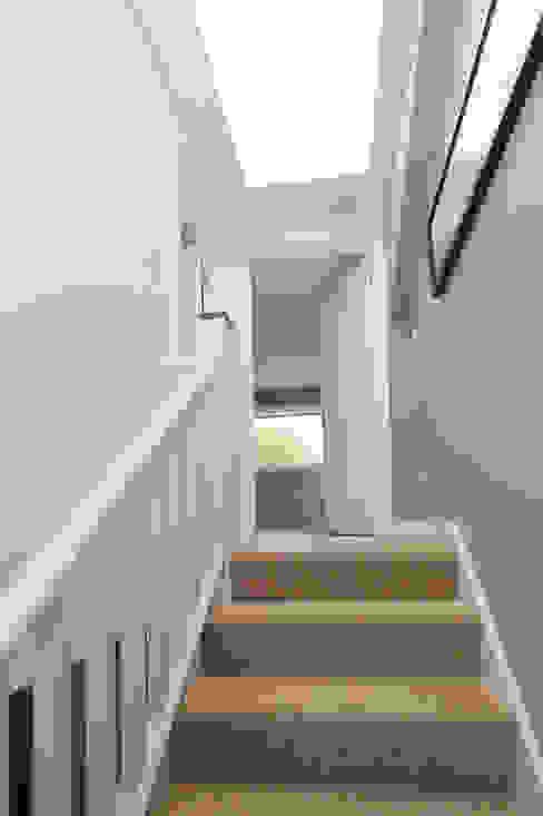 dormer loft conversion wandsworth Ingresso, Corridoio & Scale in stile moderno di homify Moderno