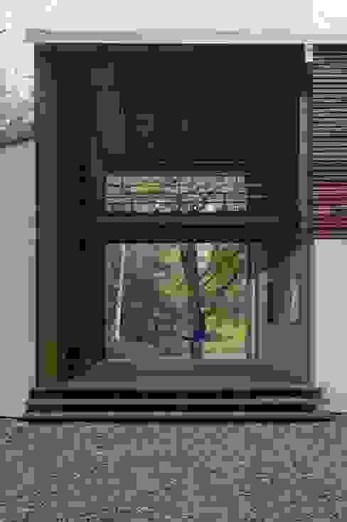 Dom w Czarnowie k/Konstancina Skandynawski balkon, taras i weranda od ANONIMOWI ARCHITEKCI Skandynawski