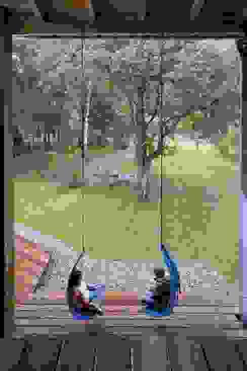Dom w Czarnowie k/Konstancina Skandynawski ogród od ANONIMOWI ARCHITEKCI Skandynawski