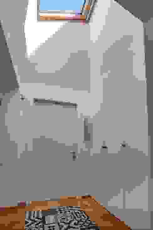 ห้องโถงทางเดินและบันไดสมัยใหม่ โดย ABC+ME Studio di Architettura โมเดิร์น