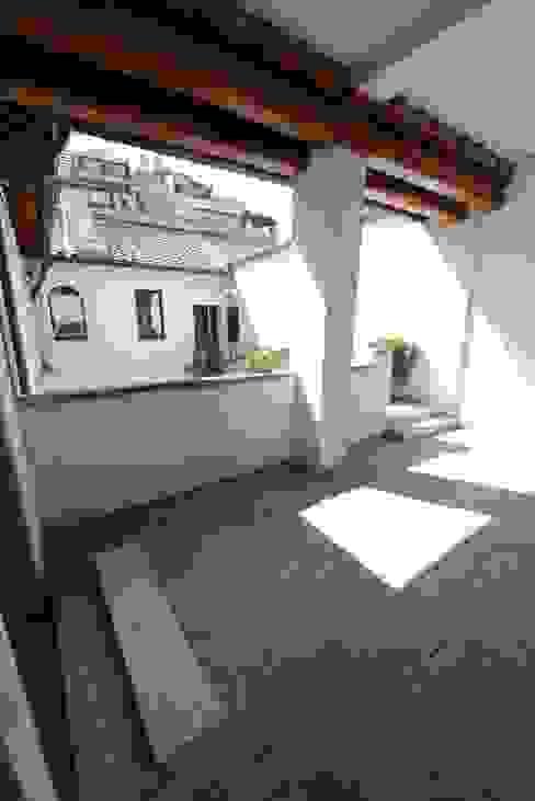L'atrio di ingresso all'appartamento Ingresso, Corridoio & Scale in stile classico di Studio Fori Classico