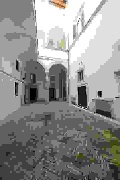 La corte Rinascimentale Ingresso, Corridoio & Scale in stile classico di Studio Fori Classico