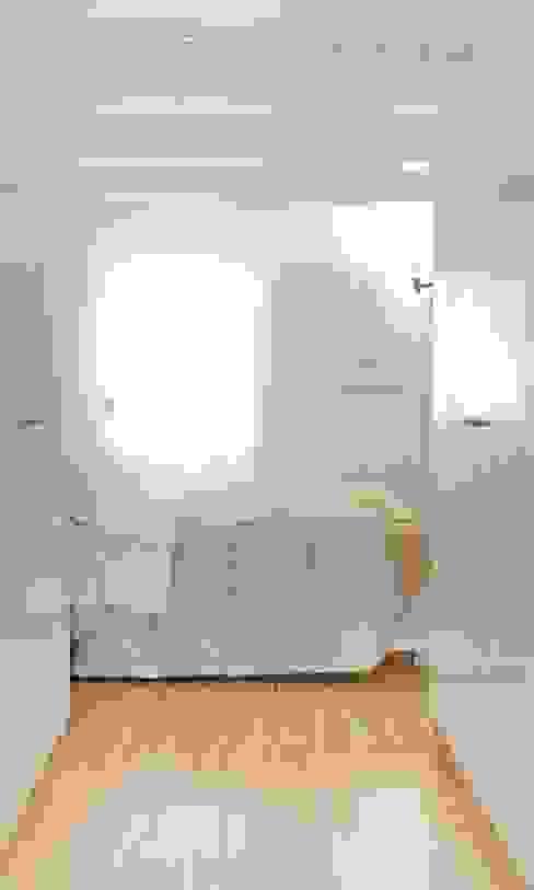 camera da letto con cabina armadio Camera da letto moderna di Andrea Stortoni Architetto Moderno