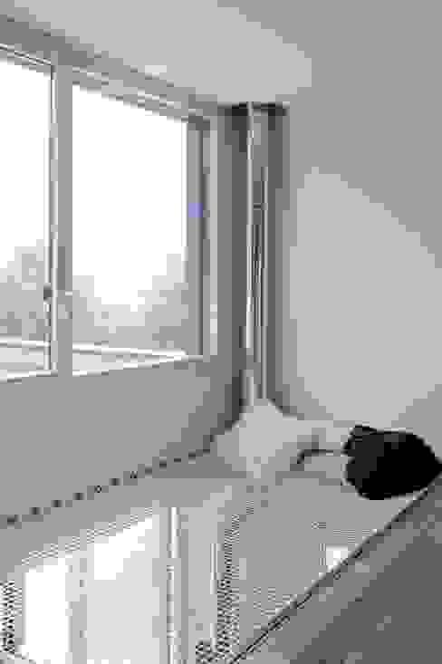 モダンスタイルの 玄関&廊下&階段 の atelier—ZOU モダン