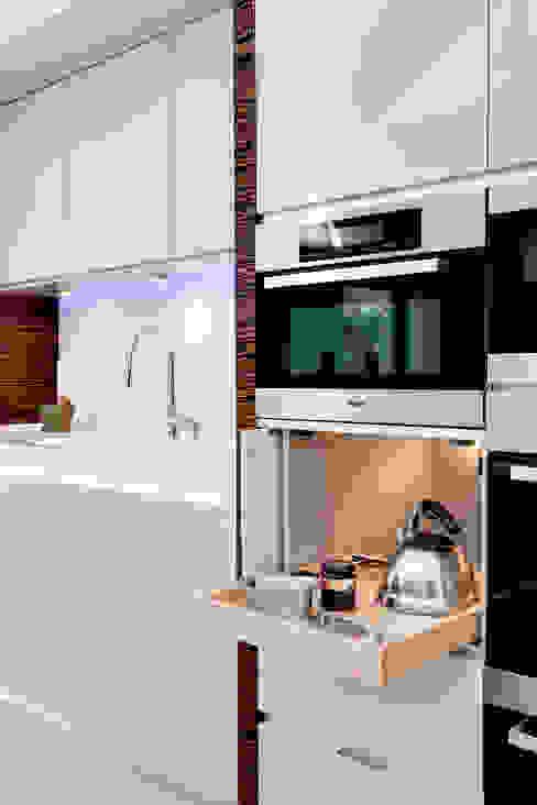 Evolve kitchen with Ebony Macassar accents design by Phillip Haines Minimalist kitchen by Stoneham Kitchens Minimalist