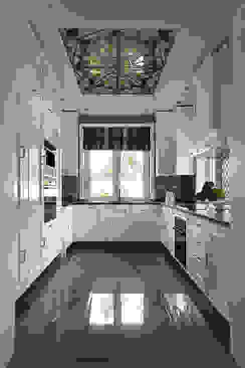 Дом в легкой классике Кухня в классическом стиле от MARTINarchitects Классический