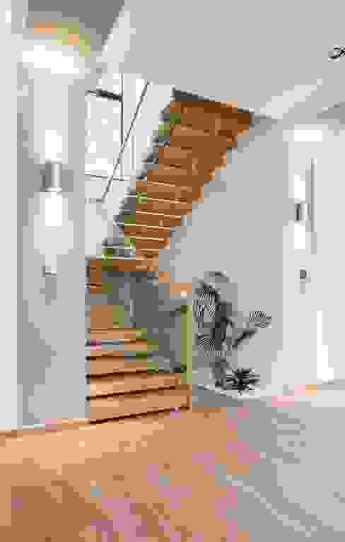 Наедине с природой Коридор, прихожая и лестница в стиле минимализм от MARTINarchitects Минимализм