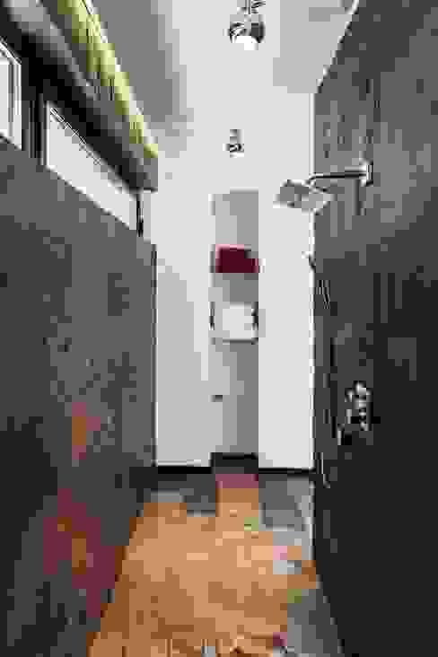 Наедине с природой Ванная комната в стиле минимализм от MARTINarchitects Минимализм