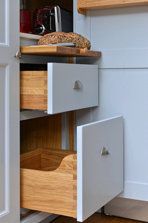 'Vivid Classic' Kitchen - bread drawer and pull out shelf homify Kitchen