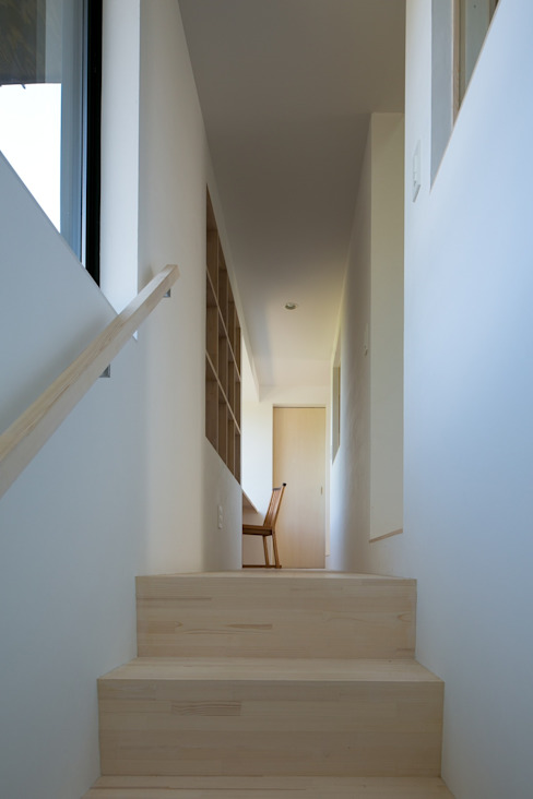 Minimalist corridor, hallway & stairs by 株式会社飯島洋省andHAND建築設計事務所 Minimalist