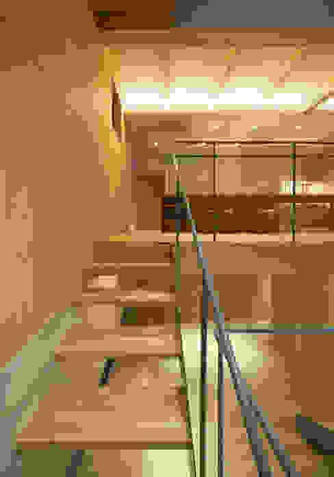Pasillos, vestíbulos y escaleras de estilo ecléctico de MOVEDESIGN Ecléctico