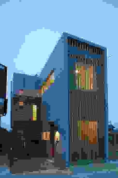 玄関側外観。夜景。 モダンな 家 の 白根博紀建築設計事務所 モダン